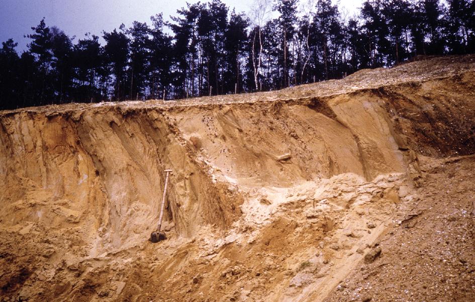 Na het ontdooien van de bevroren grond is door erosie van regen en ...